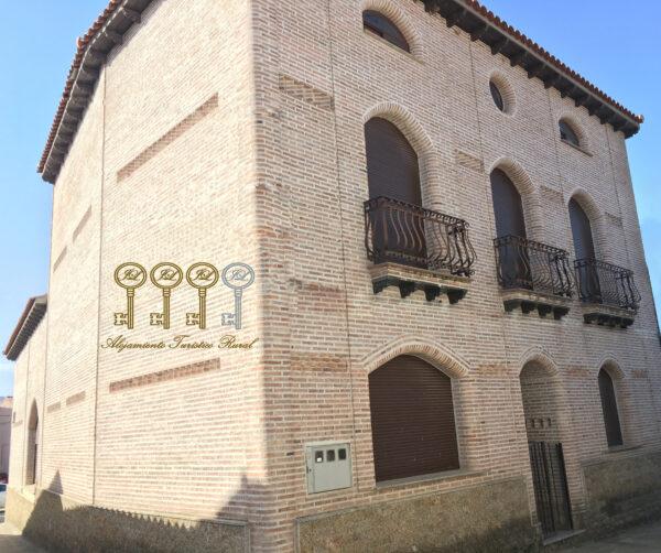 Casa tradicional con fachada rústica. Momentos rurales.