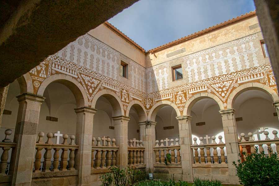 Claustro-Convento-San-Agustin-Esgrafiados-Valdefuentes-Sierra-de-montánchez-y-tamuja