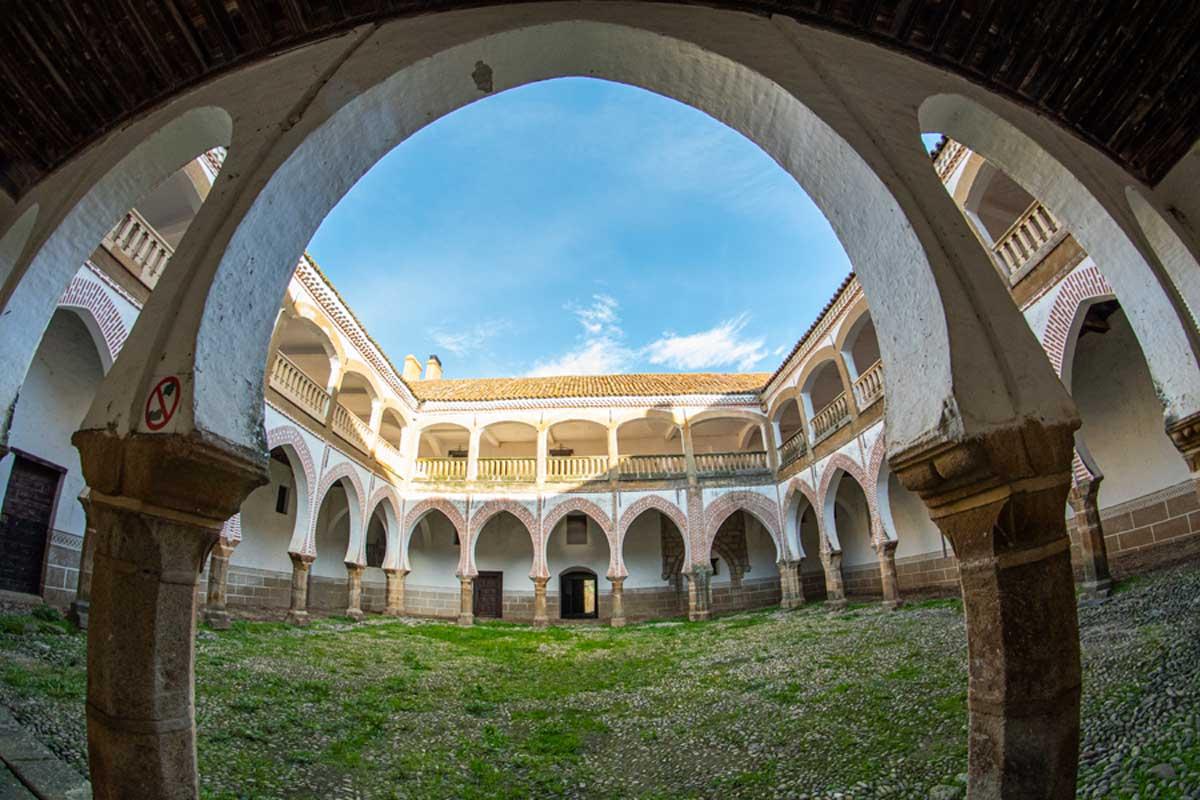 Palacio-de-los-Duques-de-Alba_Abadia_Valle_del_Ambroz